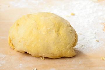 Panetto di pasta fresca sulla spianatoia