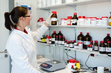 apothekerin arbeitet im labor