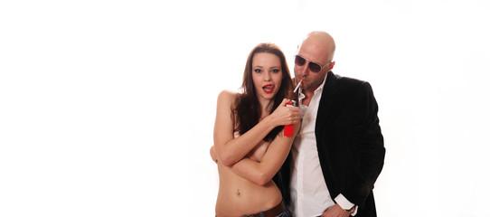 Mann und Frau Zigarette rauchen