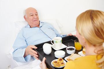 Frau liefert Frühstück an Senioren