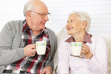 Zwei Senioren trinken Kaffee
