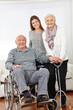 Familie mit einem Paar Senioren zu Hause
