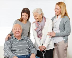 Drei Generationen mit einem Paar Senioren
