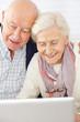Senioren nutzen Social Media am Computer