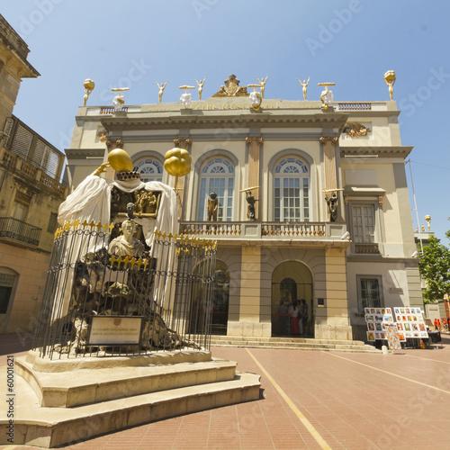 Papiers peints Artistique Entrance in Theatre and Museum Dali, Figueres, Spain.