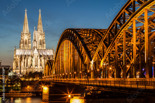 Deurstickers Brug Hohenzollern Bridge and Cologne Cathedral at dusk