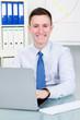 lächelnder businessmann am pc