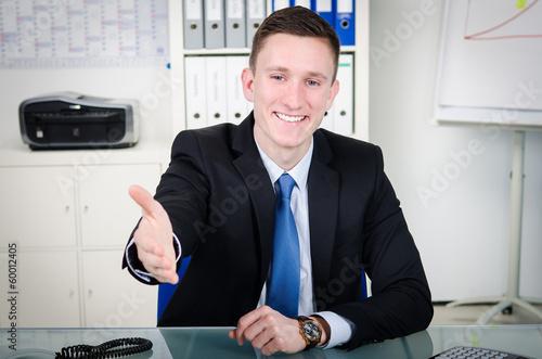 freundlicher jungunternehmer reicht seine Hand