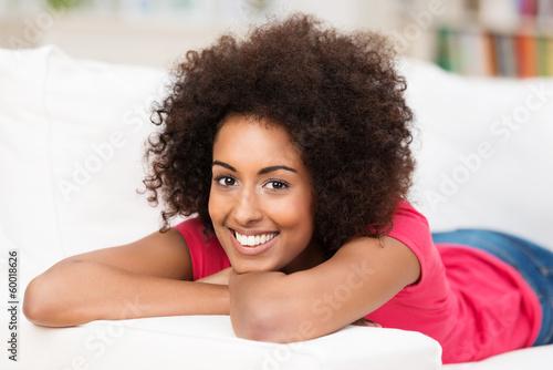 entspannte frau liegt auf dem sofa