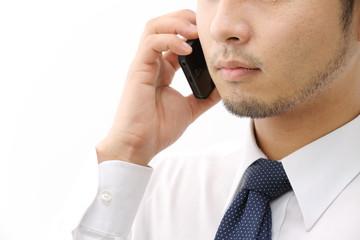 電話をするヒゲの男性