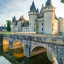 Le château de Sully-sur-Loire au coucher du soleil, en France.
