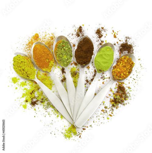 spezie verdi in cucchiaio