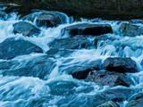 Fototapety Bach mit fließendem Wasser