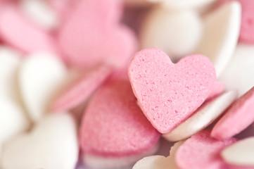Coeurs en sucre roses et blancs