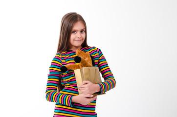 девочка получила в подарок игрушку лошадь
