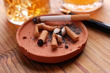 Niedopałki papierosów w popielniczce gliny