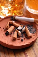 cicche di sigarette nel posacenere di terracotta
