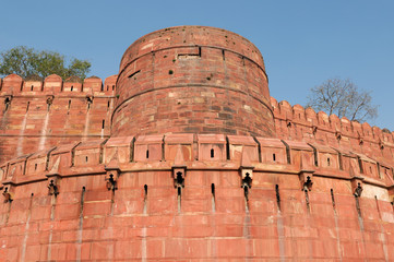 Red Fort in Agra, Outside curtain walls with defensive towers