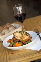 Poulet avec carottes et petits pois, verre de vin