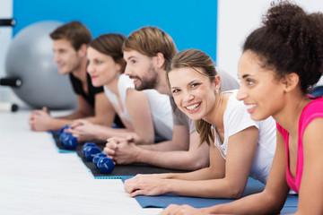 lächelnde frau trainiert in der gruppe