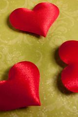 cuori rossi su fondo verde