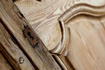 Détail d'une armoire ancienne en pin dans une maison
