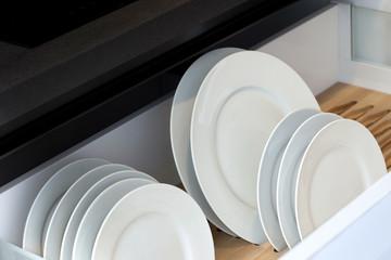 Assiettes dans le tiroir d'un meuble de cuisine