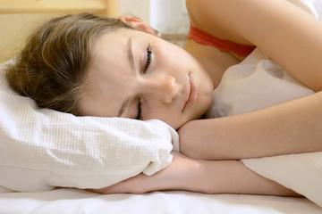 Teenager beim Schlaf im Bett