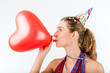 Frau feiert Geburtstag mit Herz Luftballon
