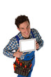 Junger attraktiver Handwerker mit Ipad als Freisteller