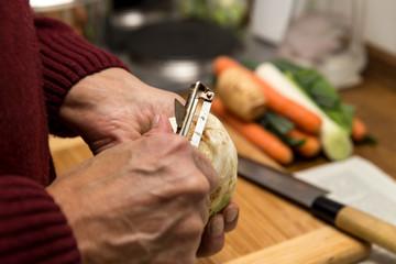 Senior bei der Küchenarbeit