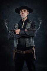 Sheriff mit qualmenden Revolvern