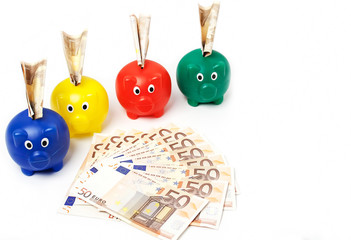 Vier Sparschweine und Euros