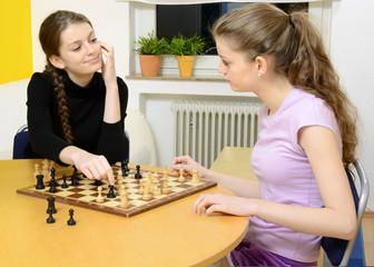 Zwillinge spielen Schach