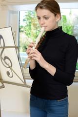Musikschülerin spielt Blockflöte