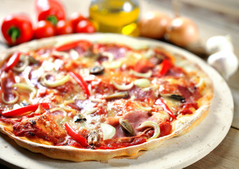 rustikale Pizza mit Zutaten