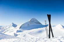 Skis en haute montagne à une journée ensoleillée