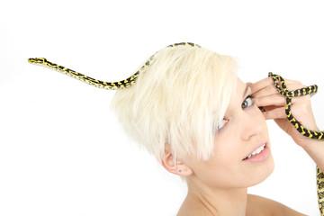 Schlange im Haar