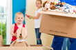 canvas print picture - Vater und Töchter  renovieren ein Zimmer