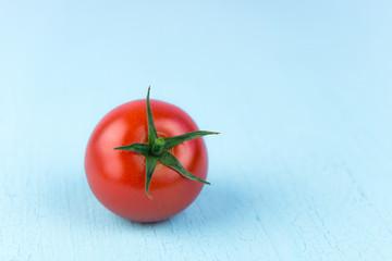 tomate auf blauen hintergrund