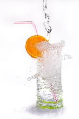 verre remplit d'eau qui déborde et éclabousse - Cocktail