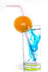 eau colorée dans un verre - Lente dilution du colorant dans l'e