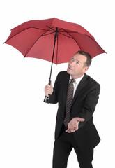 Geschäftsmann mit Schirm