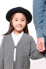 父親と手を繋いで幼稚園に通園する日本人の女の子