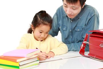 パパに宿題をみてもらう女の子