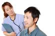 患者に問診する手術衣を着た日本人女性外科医