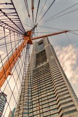 横浜ランドマークタワーと日本丸のマスト