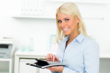 geschäftsfrau hält kontrolle über finanzen