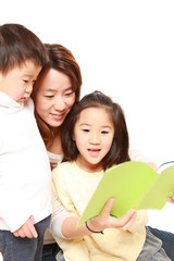 子供たちに本を読み聞かせる母親