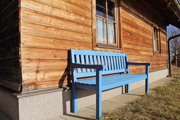 banc bleu en bois devant chalet